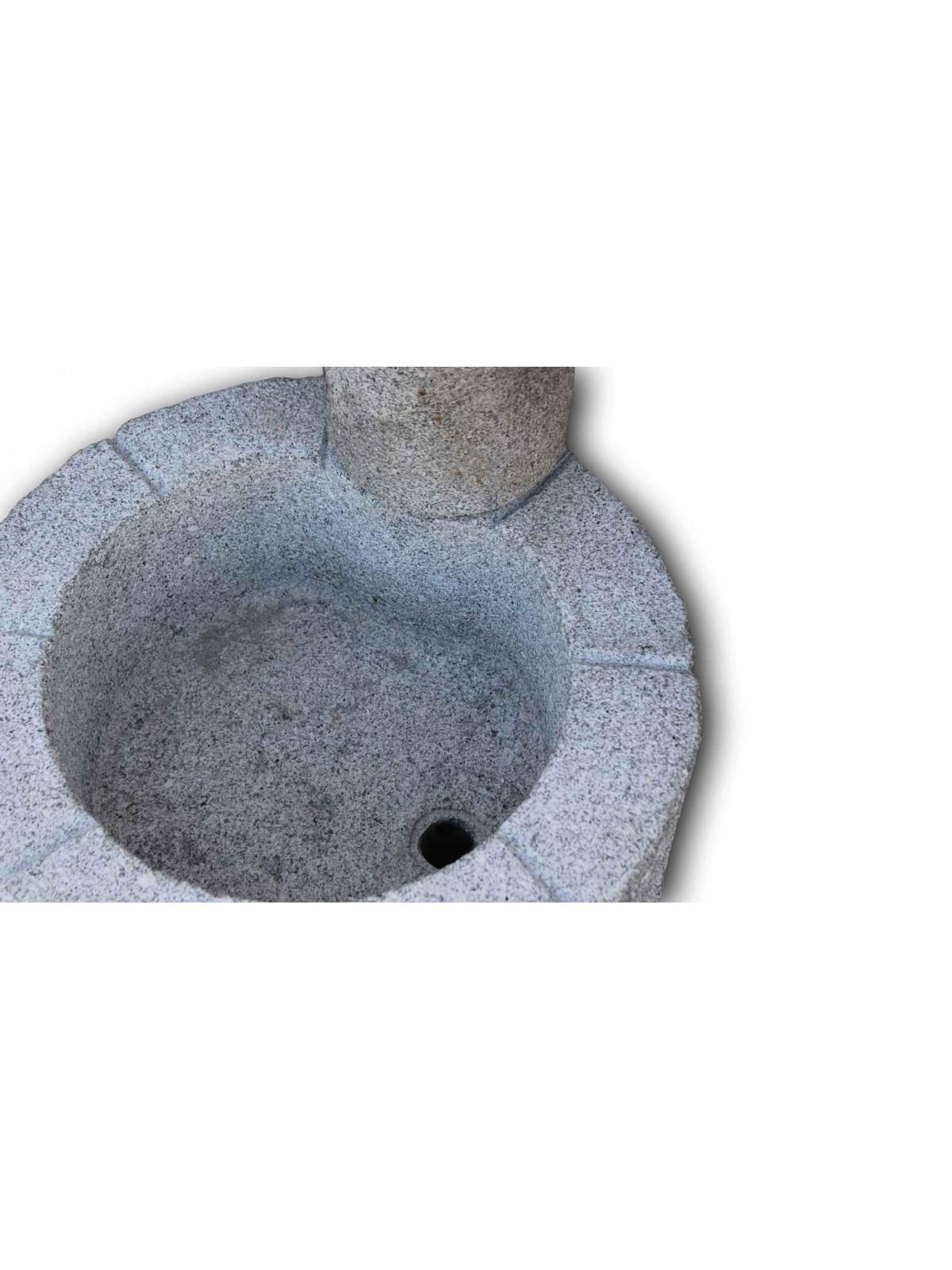 Niedriger Brunnen aus grauem Granit Nr.2
